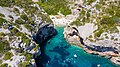 Luftbild vom Adriatischen Meer an der Bucht Stiniva auf der Insel Vis in Kroatien (48608660721).jpg