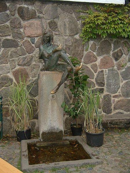 Karlheiz Goedtke (1915-1995): Eulenspiegelbrunnen, 1950, Bronze, Marktplatz Altstadt Mölln, Deutschland.  Exploring Germany's Old Salt Road