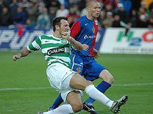 Michel Morganella - Morganella behind Celtic forward Maciej Żurawski