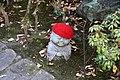 Miyajima, daisho-in, statue buddiste con cappellini e sciarpette 01.jpg