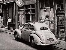 Černobílá fotografie vozu Škoda 1102 zaparkovaného na ulici neznámého nizozemského města, rok 1950.