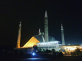 Night view of the grand the great. Faisal Mosque.png