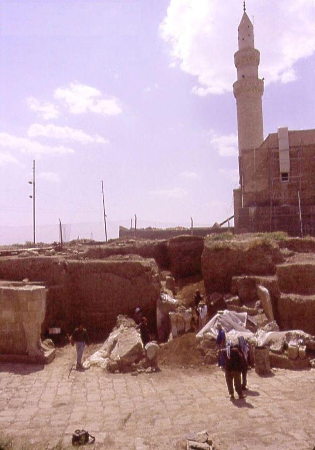 Archäologische Ausgrabungen, im Hintergrund die Moschee mit dem Schrein Jonas