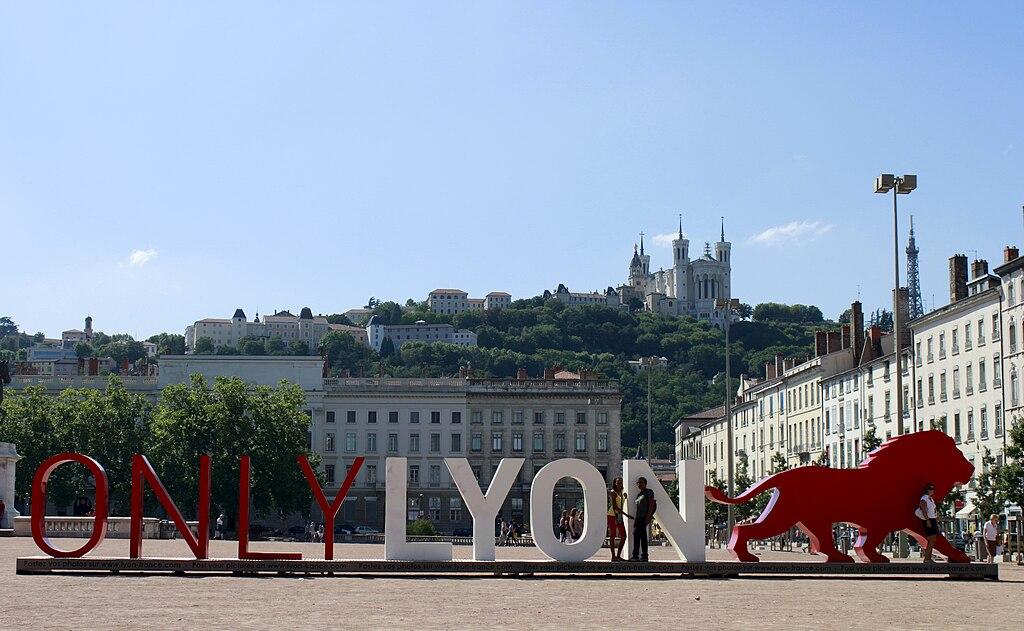 Place Bellecour : La plus grande place de Lyon. On y trouve un statue équestre de Louis XIV et une belle vue sur Fourvière. Photo de Stefan2901