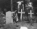 Oorlogsgraven Rusthof Amersfoort. Zerken van Frans kalksteen in plaats van houte, Bestanddeelnr 904-7254.jpg