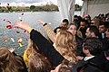 Pétalos en el Lago de la Casa de Campo para conmemorar el Día Internacional del Pueblo Gitano 02.jpg