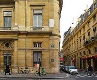 À gauche, une vue des bâtiments actuels (aile orientale du Palais-Royal) avec, à droite, une plaque commémorative retraçant les événements survenus en ce lieu.
