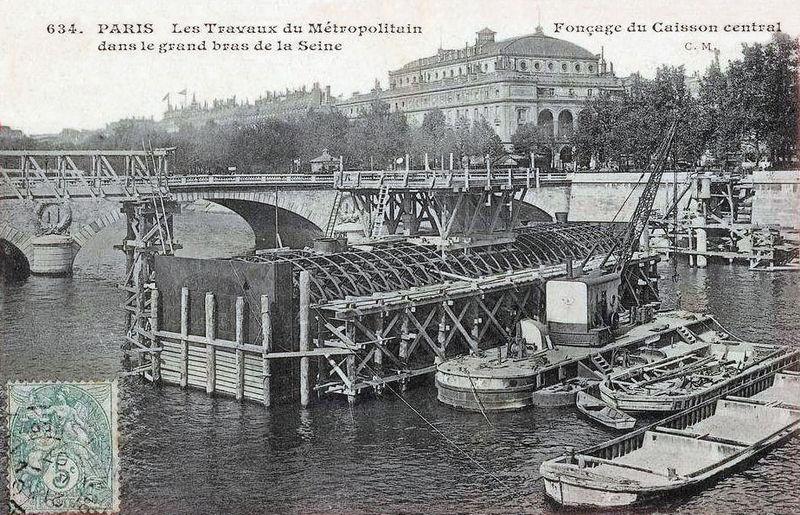 Fichier:Paris - Les travaux du Metropolitain - Foncage du caisson central.jpg