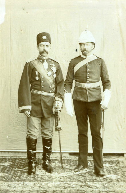 Sir Percy Sykes next to Abdol-Hossein Farmanfarma in Kerman, 1902 - Abdol-Hossein Farmanfarma