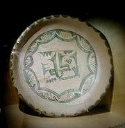 Plat de ceràmica àrab (s. XII), procedent de les excavacions de la Cripta Arqueològica de Sant Vicent Màrtir (barri de la Seu)