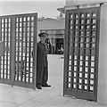 Portier van de Knesseth in Tel Aviv bij het toegangshek, Bestanddeelnr 255-1327.jpg