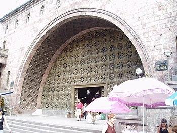 Ereván, Fachada principal y puerta del Mercado Central