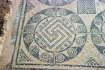 Quintanilla de la Cueza Villa romana Tejada Habitación 17 Mosaico Svásticas 002.jpg