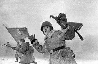 PPD-40 - Soviet propaganda film showing a soldier holding a PPD-40 with two-part wooden stock.