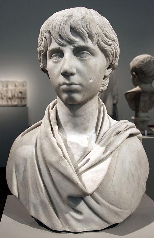 Buste d'un jeun garçon romain, statue de 165. Musée d'antiquités romaines à Berlin.