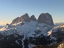 La pista sciistica del Lupo Bianco scende dal Col Rodella vista dal Passo Pordoi.