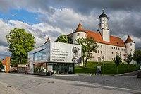 Schloss Höchstädt mit Informations- und Ausstellungsgebäude 004.jpg