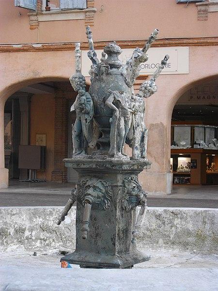Gicleurs d'eau coulés dans du plomb. Des têtes de lion ornent la fontaine et des personnages entourent une urne. Cette dernière portait autrefois un coq, symbole de la ville de Gaillac.