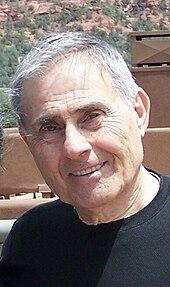 photographie en couleur d'un homme âgé : Sid Jacobson.