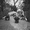 Sleetje rijden (op het ijzel) in het Amsterdamse Vondelpark, Bestanddeelnr 918-4684.jpg