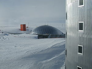 Amundsen–Scott South Pole Station - The dome in January 2009, as seen from the new elevated station.
