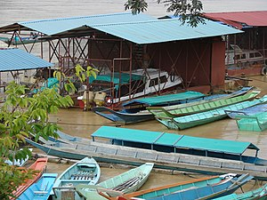 Kapit - Image: Speedboats and longboats at Kapit wharf