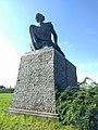 Standbeeld 'De Weerstander' van Idel Ianchelevici met op de achtergrond het Fort van Breendonk.jpg