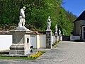 Statuen bei Stiftskirche.jpg