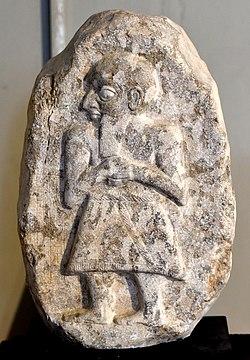 Стела Ильшу-раби из Телль-Абу-Шиджа, Аккадский, Ирак.  Музей Ирака.jpg