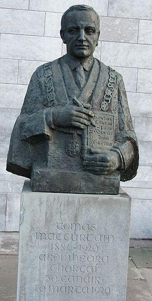 Tomás Mac Curtain - A memorial outside Cork City Hall which reads 'Tomás Mac Curtain 1884-1920 Ardmhéara Chorcaí 30 Eanáir- 20 Márta 1920'