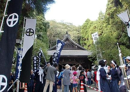 妙円寺詣りで賑わう徳重神社。
