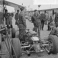 Training Zandvoort Grand Prix. Jim Clark met monteurs bij zijn Lotus, Bestanddeelnr 917-9722.jpg