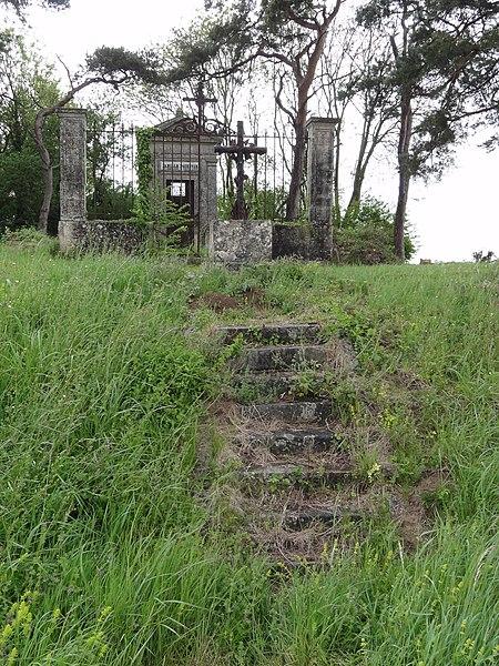 Travecy (Aisne) chapelle funéraire au bord de la route