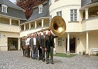 Érdekességként még a markneukircheni hangszermúzeumban található egy ún. egyenestuba, amelynek sok haszna nincsen, igazából azt szemlélteti, hogy ilyen hosszú hangszer lenne a tuba, ha nem lenne meghajtva.