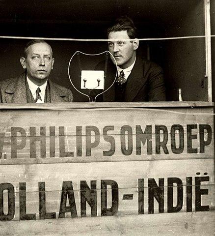 Uitzending van een voetbalwedstrijd door twee verslaggevers van de PHOHI