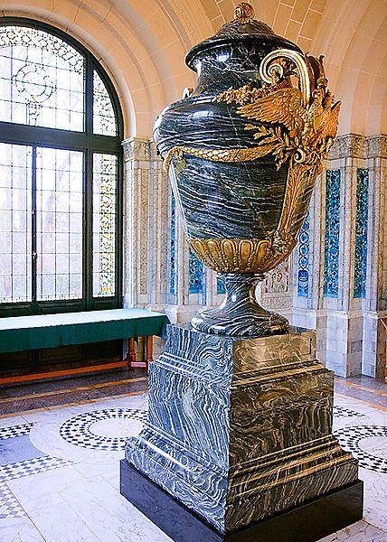 File:Vase3tones.jpg