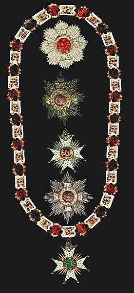 Une chaîne ornée de bijoux et trois médaillons ornés d'étoiles.