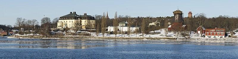 Waldemarsudde i februar 2012.   Til venstre hovedbygningen med den hvide galleribygning til højre.   Længst til højre ses Waldemarsuddes oliemølle og orangeriet.