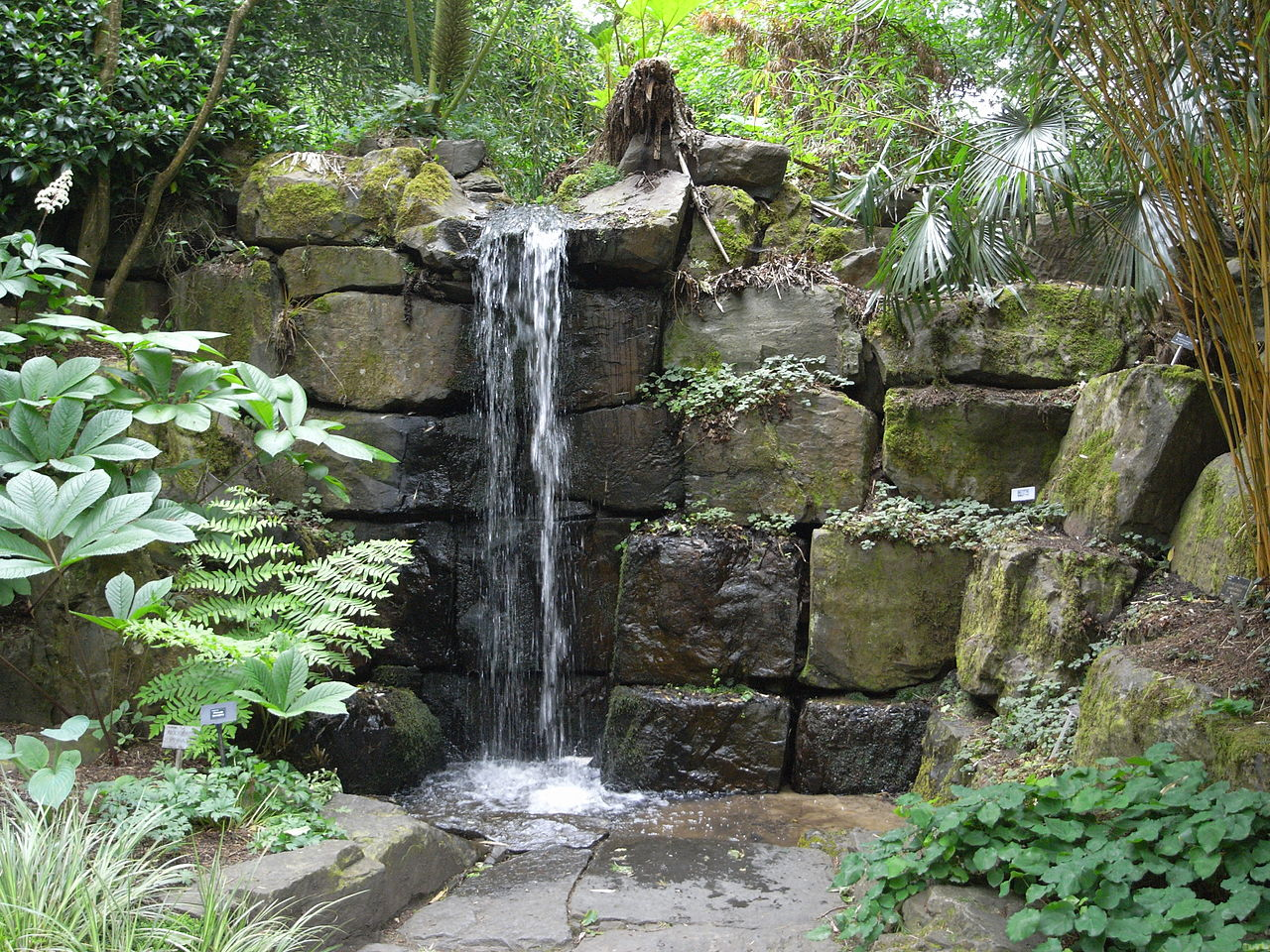 File waterfall in rosemoor garden 23119 jpg wikimedia for Garden waterfall