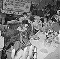 Wereld Dierendag 1964 , het voeren der dieren (buitenland), Bestanddeelnr 916-9715.jpg