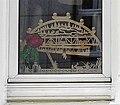 Wuppertal, Druckerstr. 6, zentrales Erdgeschossfenster, Schwibbogen mit Tuffis Schwebebahn-Sprung.jpg