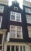 foto van Huis, vanwege de 18e-eeuwse aanzetkrullen en afdekking van de klokvormige geveltop