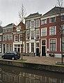 Zicht op voorgevel, voorzien van een hardstenen pronkrisaliet - Delft - 20389937 - RCE.jpg
