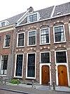 foto van Herenhuis, gevel met rechte gemetselde kroonlijst, bogen met natuurstenen blokken boven de vensters, zadeldak