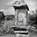 """""""Pil"""" nad Mančami (na cesti proti Štanjelu) z letnico 1684 1958 (4).jpg"""