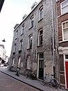 foto van Pand met twee verdiepingen onder met pannen gedekt zadeldak met schild en tegen trapgevel