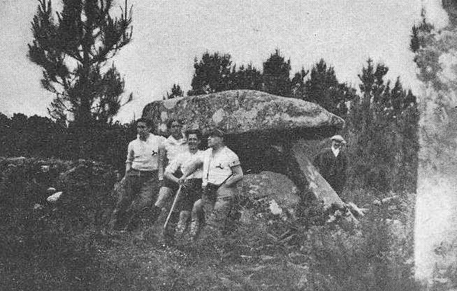 Álvaro María de las Casas e os Ultreyas visitando o dólmen de Oleiros 1933
