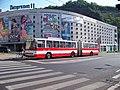 Ústí nad Labem, Předmostí, trolejbus a parkovací dům.jpg