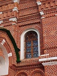 Окна в церкви Сергия Радонежского на могиле Мефодия, игумена Пешношского.jpg