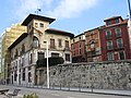 039 Calle de Claudio Alvargonzález (Cimavilla, Gijón), en primer terme la Casa Paquet.jpg